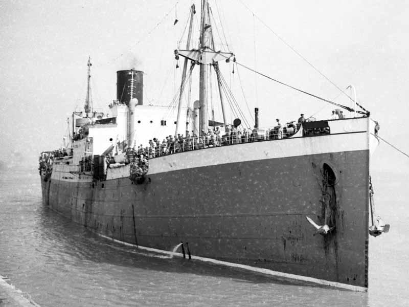De Kota inten in de havern van Surubaya voor troepentransport 1947