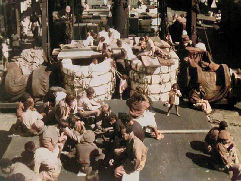 De overtocht Spelende kinderen aan boord van de Kota Inten 1951
