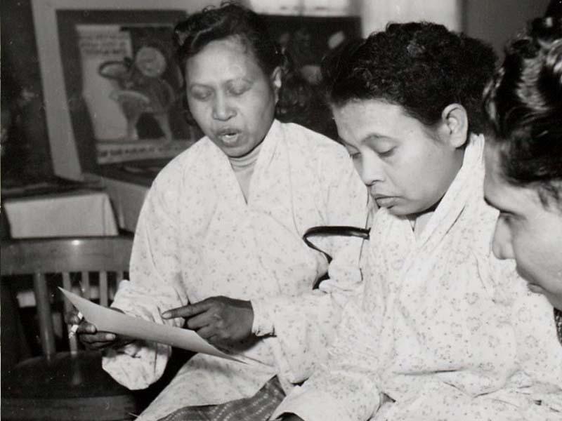 Twee vrouwen tijdens een_bijeenkomst in woonoord Oude Molen
